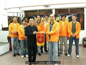 Gerald Hung presented a souvenir to Sifu Li Wei Zhi